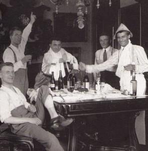 Pier Giorgio de chapéu com seus amigos.
