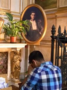 Nélio Povoa em oração diante das relíquias de Pier Giorgio